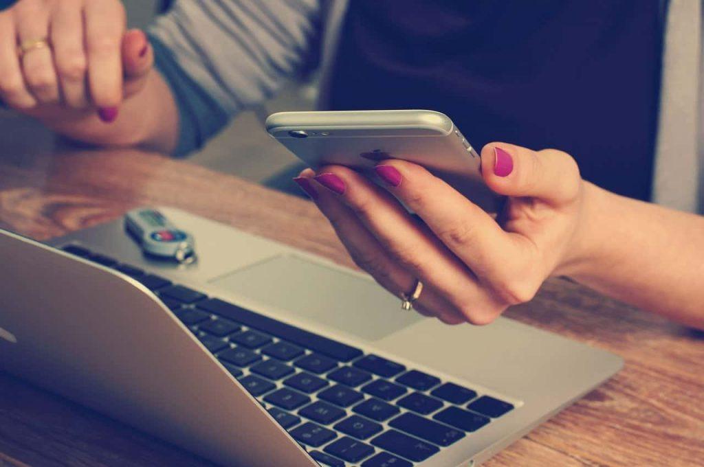 Mujer con un móvil y un ordenador