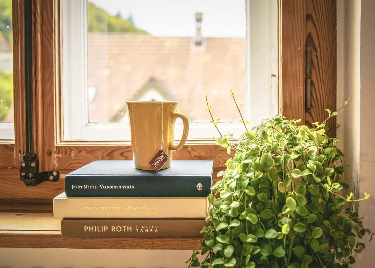 Una Taza de café encima de unos libros