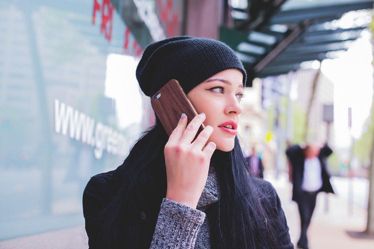 Mujer Llamando en Teléfono 2