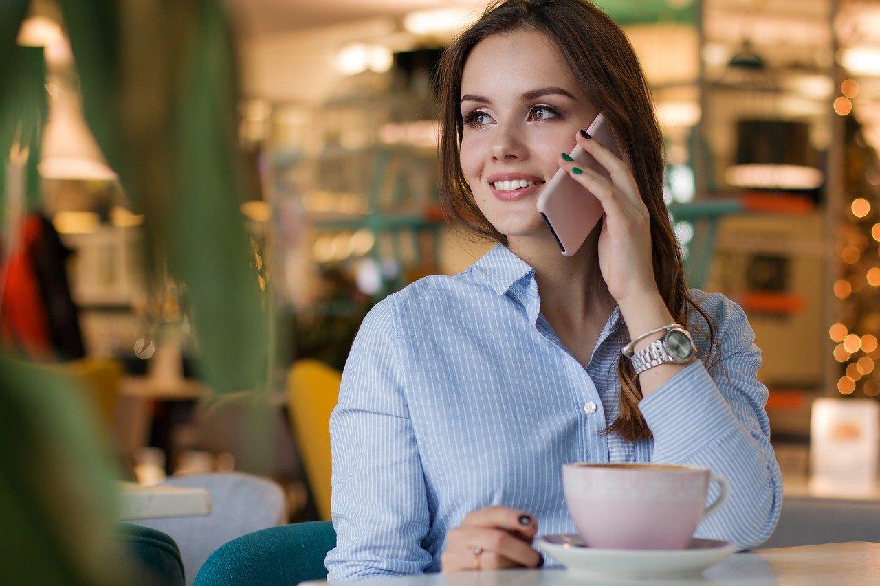 Mujer Llamando en Teléfono